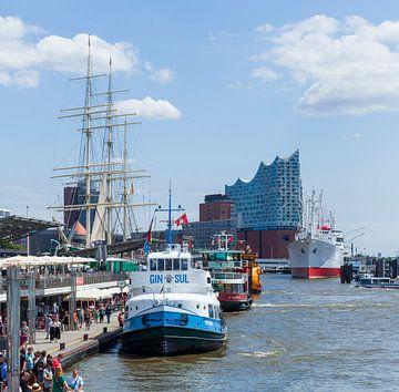 Uitzicht van Landungsbrücken naar Elbphilharmonie met excursieboot, Hamburg, Duitsland van Torsten Krüger