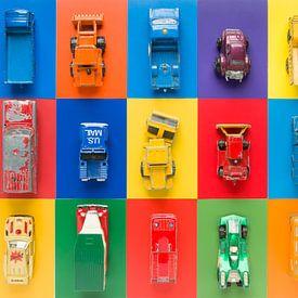 Spielzeug-Autos auf mehrfarbigen Hintergrund sur Wijnand Loven