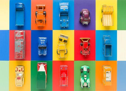 Vintage speelgoed-autootjes op veelkleurige ondergrond van Wijnand Loven