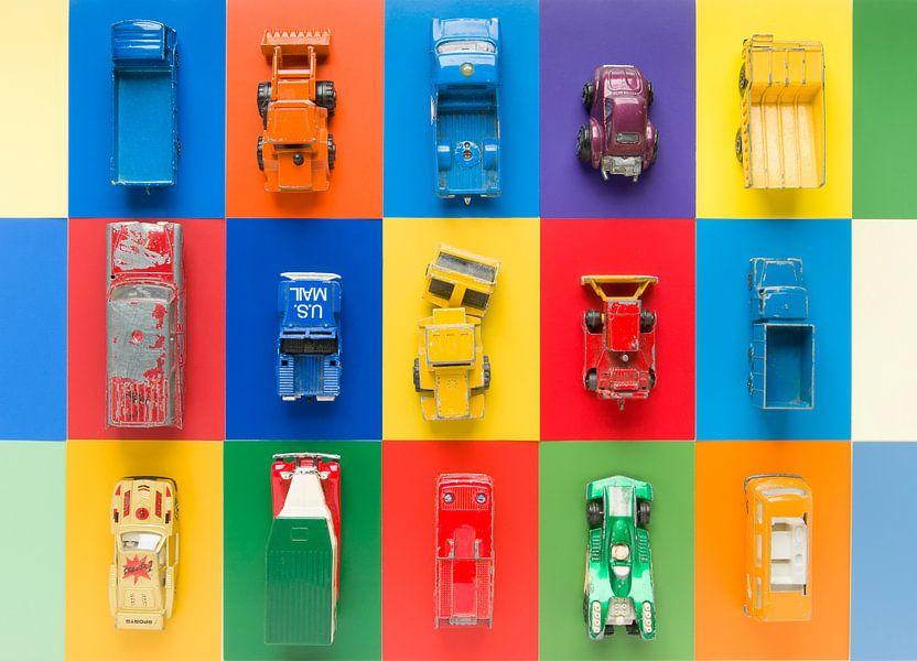 Vintage speelgoed-autootjes op veelkleurige ondergrond