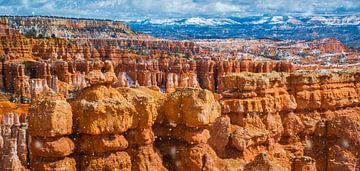 Het sneeuwt op de rotsformaties in Bryce Canyon National Park van