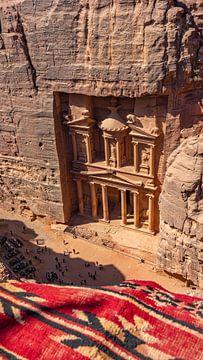 The Treasury in Petra van bovenaf (Jordanië) van Jessica Lokker