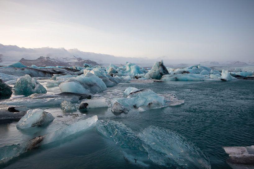 Drijvende ijsschotsen in IJsland van Marcel Alsemgeest