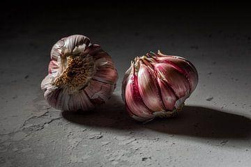 zwei Knoblauchzwiebeln von Herman IJssel BWPHOTO