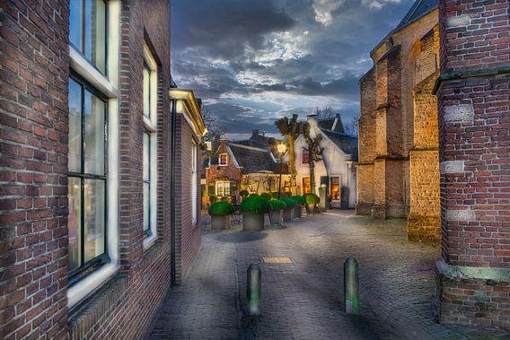 Typisch Nederlands dorp met  aangezicht met kerk muur en kleine huisjes in Loenen aan de Vecht