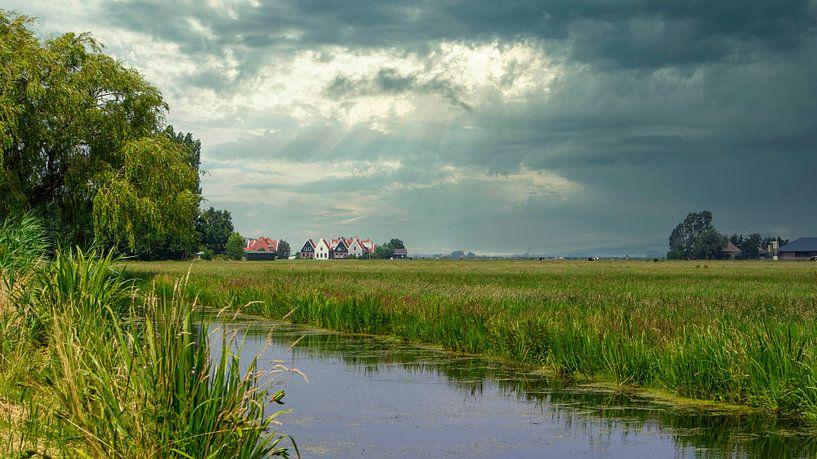 Donkere wolken boven Noord-Holland van Visueelconcept