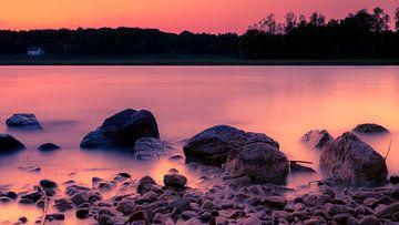 Bunter Sonnenuntergang mit Steinen im Vordergrund von Kim Bellen