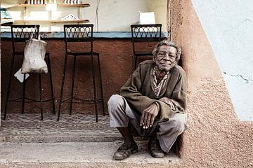 Porträt eines alten armen Penners vor einer Bar in Trinidad, Kuba. von Tjeerd Kruse