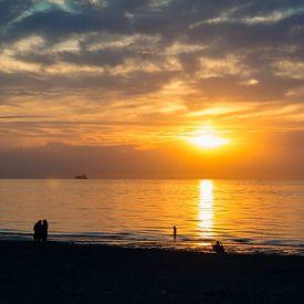 Ondergaande zon in Zeeland van Karin van Waesberghe