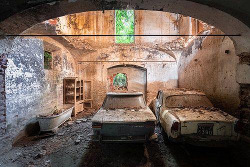 Verlassene Autos in der Garage.