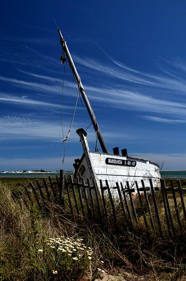 Schipbreuk, oude vissersboot in de Algarve, Portugal.