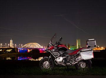 BMW R 1200 GS voor de John Frost brug in Arnhem van Vincent Bottema