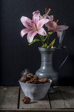 Rosa Lilien und Walnüsse von Susan Lambeck