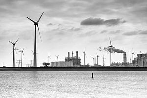 RWE energiecentrale in de Eemshaven in Groningen (zwart-wit)