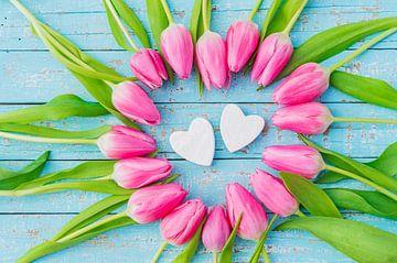 Romantische valentijnskaart of trouwkaart met twee hartvormen en roze bloemen van Alex Winter