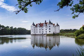 Historisches Schloss im See in Glucksburg von Marc Venema