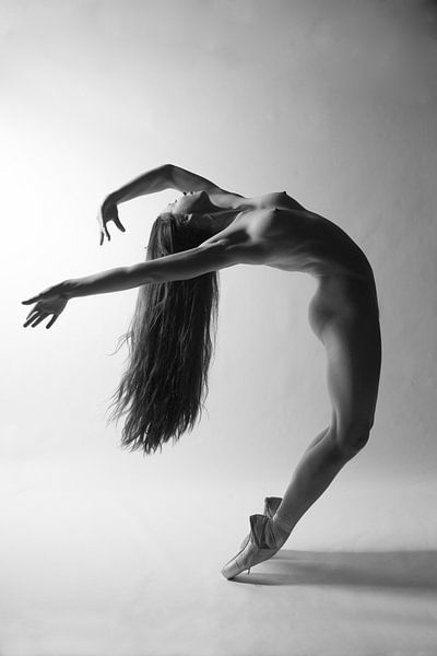 Naakte ballerina met lange haren van Arjan Groot