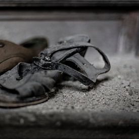 Eenzame shoenen van Cristel Brouwer