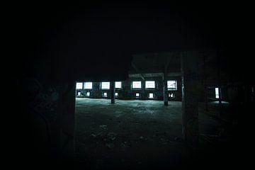 Urbex, donkere lege fabriekshal met filmkorrel van Ger Beekes