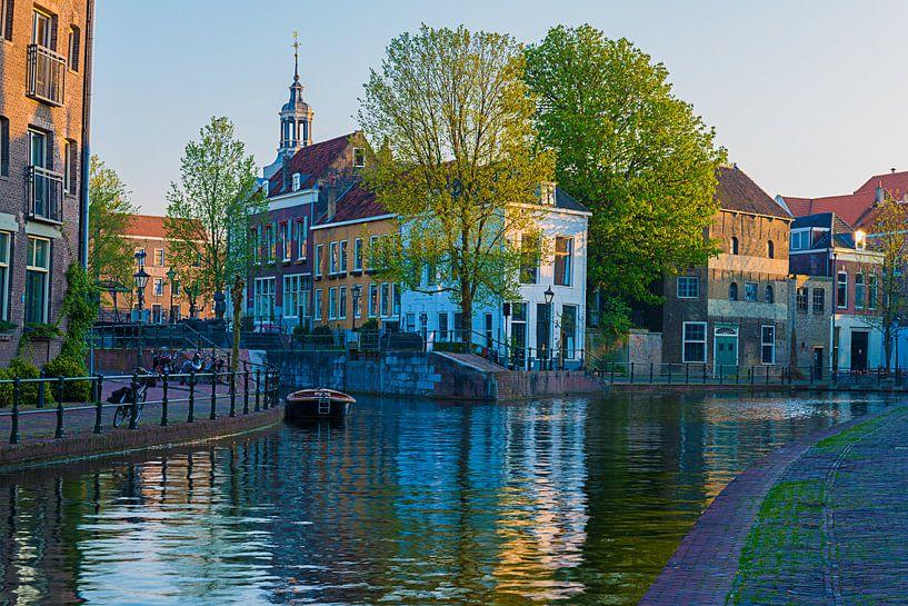 Zonsondergang over de oude binnenstad van Schiedam van Marc de IJk