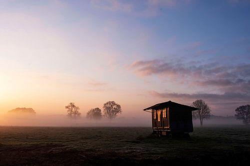 De opkomende zon laat zich reflecteren in de vroege ochtend