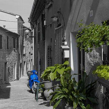 Prachtige scooter in Italiaans straatje van
