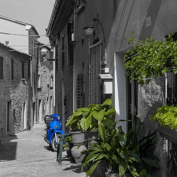 Prachtige scooter in Italiaans straatje von arjan doornbos