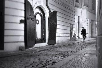 Praag, reiziger op straat von Robert-Jan van Lotringen