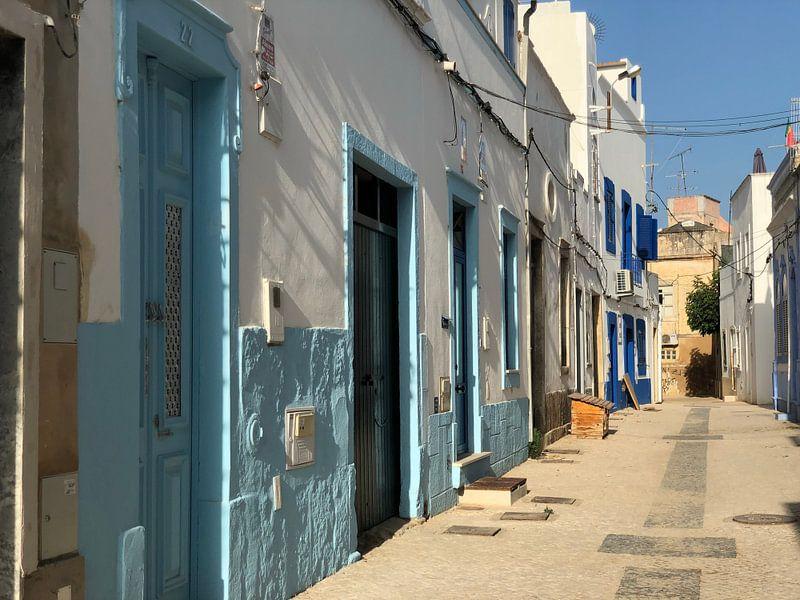 Olhao Portugal straat van Henriette Tischler van Sleen