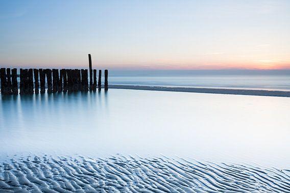 Verlaten strand van Ton Drijfhamer