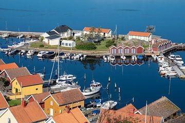 Uitzicht op de stad Fjällbacka in Zweden. van Rico Ködder
