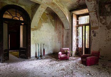 Wohnzimmer in verlassener Burg, Italien von Roman Robroek