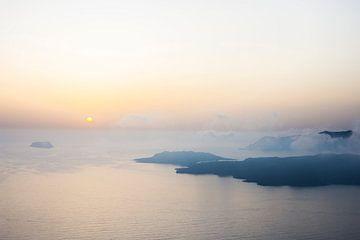 Bewolkte zonsondergang in Santorini von Rens Bok