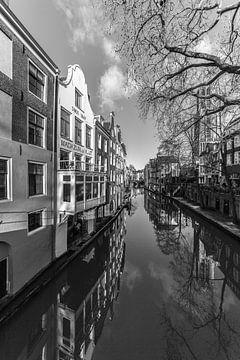Domtoren en Oudegracht van Utrecht in de winter in zwart-wit van De Utrechtse Grachten