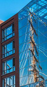 Weerspiegeling van de mast van een tallship, Sail 2015