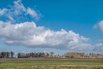 Zicht op het kerkje van Waaxens in Friesland sur