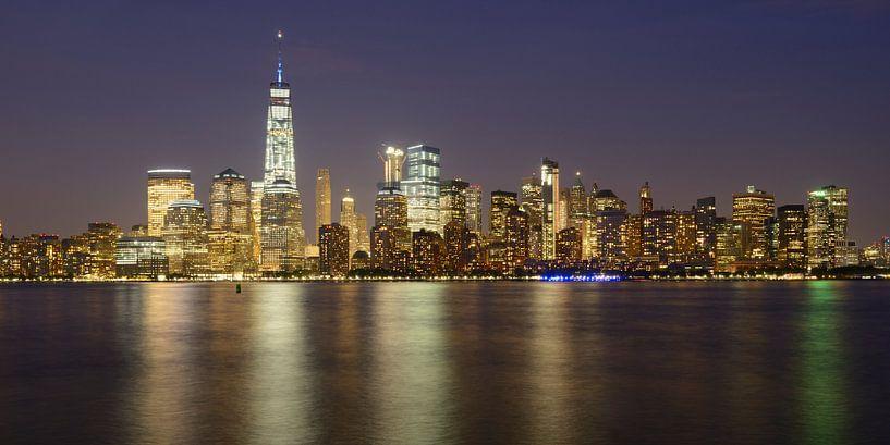 New York Skyline in de avond - Lower Manhattan, panorama van Merijn van der Vliet