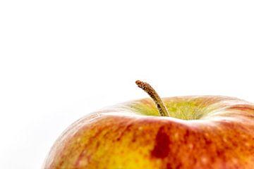 Een close-up van een appel met steeltje tegen een witte achtergrond sur Hein Fleuren