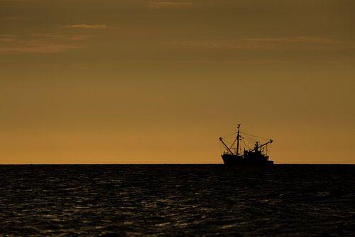 Vissers boot vaart zonsondergang tegen moet van