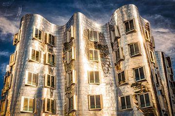 Les bâtiments de Gehry dans le port des médias à Düsseldorf avec une façade métallique sur Dieter Walther