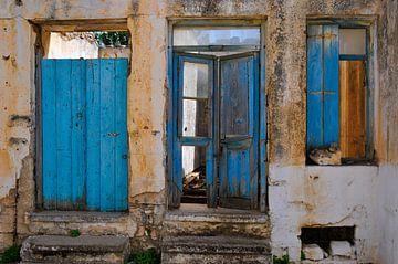 Blauwe deuren op Kreta van Thea Oranje