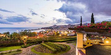Funchal op Madeira in de avond van Werner Dieterich