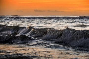 Vagues de la mer au coucher du soleil. sur Gonnie van de Schans