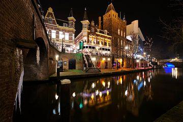 De Oudegracht in Utrecht tussen de Jansbrug en de Viebrug von