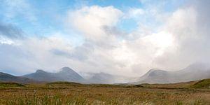 Schots landschap met bergen en wolken van