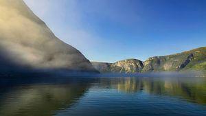 Bergmeer met mist en bergen van