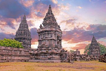Prambanan tempel op Java in Indonesie bij zonsondergang von nilaya van vliet