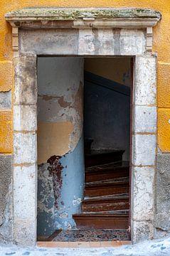 Porte d'une vieille maison rustique dans le sud de la France sur Wil Wijnen