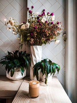 Koffie café met planten en bloemen in New York van Michiel Dros