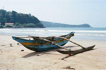 Fischerboot am Strand in Galle, Sri Lanka von Lukas Schulz